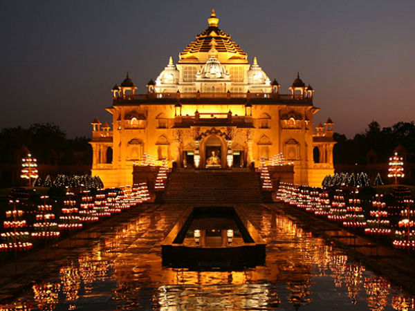 best holy places to visit in delhi india - swami narayan god - akshardham temple